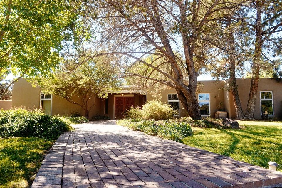 1924 Avenida Las Campanas NW, Los Ranchos, NM 87107