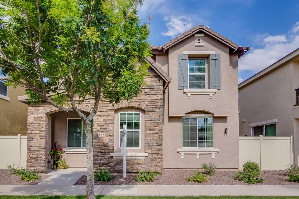828 S REBER Avenue, Gilbert, AZ 85296