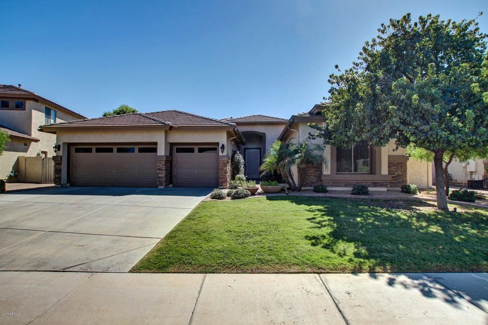 Photo of home for sale at 4211 Dubois Avenue E, Gilbert AZ