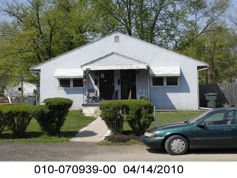 Photo of home for sale at 2433 Parkwood Avenue, Columbus OH