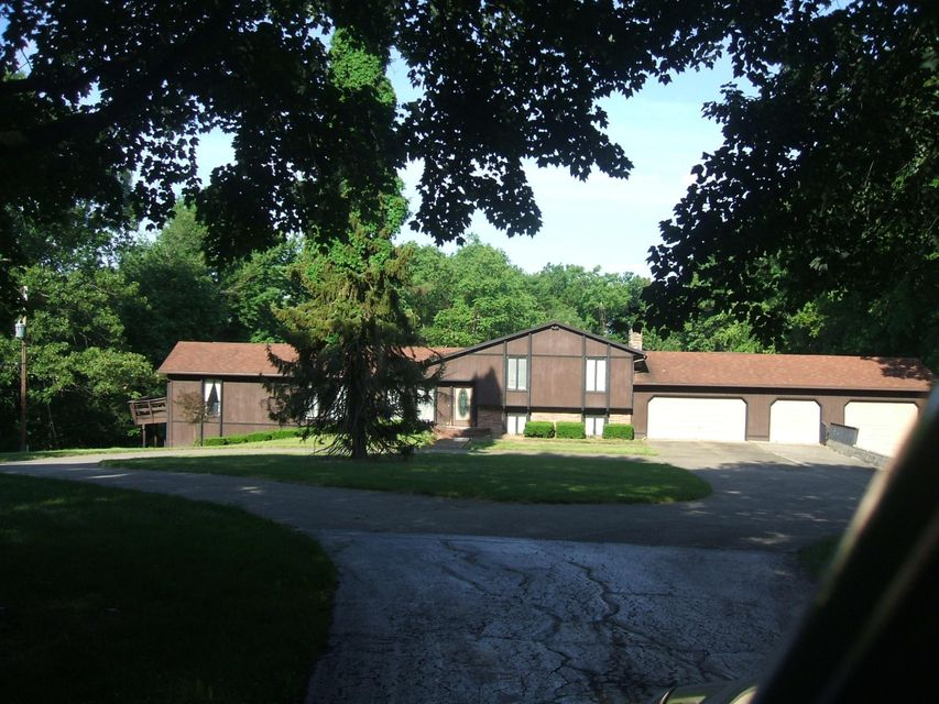Photo of home for sale at 1909 Dayton Road, Newark OH