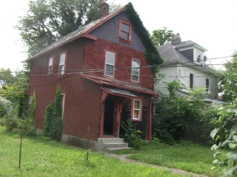 Photo of home for sale at 463 Ohio Avenue N, Columbus OH