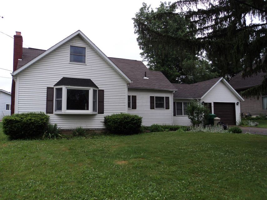Photo of home for sale at 714 Lakeshore Drive E, Hebron OH