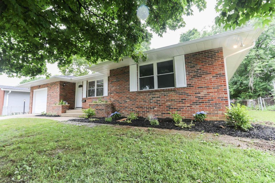 Photo of home for sale at 2831 Woodcroft Road, Columbus OH