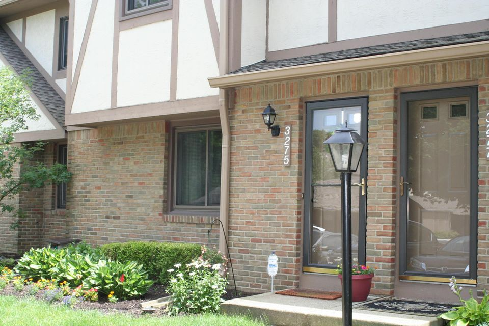 Photo of home for sale at 3275 Stonecrest Court, Columbus OH