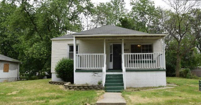 Photo of home for sale at 2852 Maple Street, Grove City OH