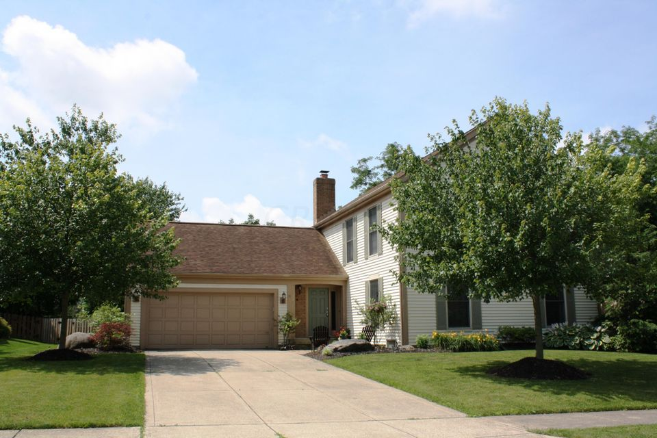 Photo of home for sale at 1035 Walsingham Court, Westerville OH