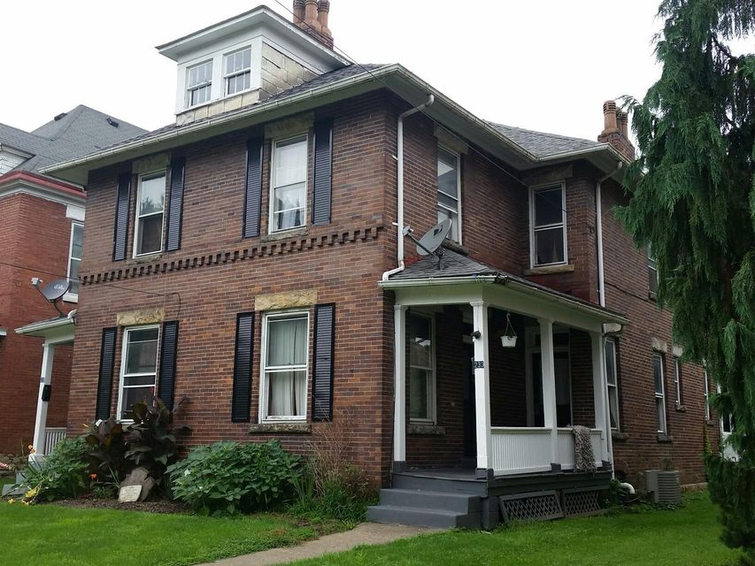 Photo of home for sale at 233 Adams Street, Zanesville OH