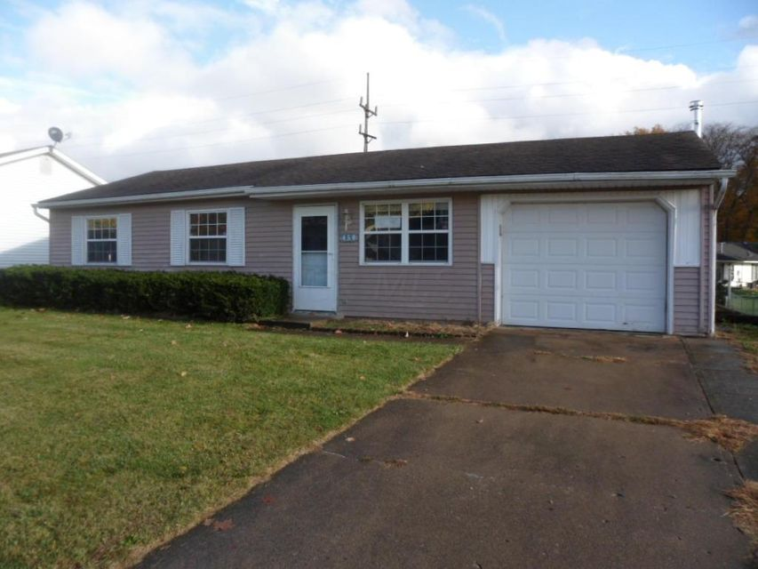 Photo of home for sale at 450 Ridgemere Way, Lancaster OH