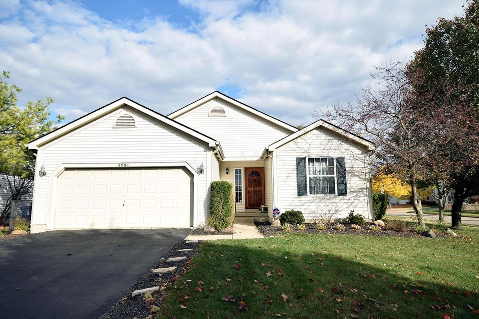 Photo of home for sale at 4984 Hilliard Green Drive, Hilliard OH