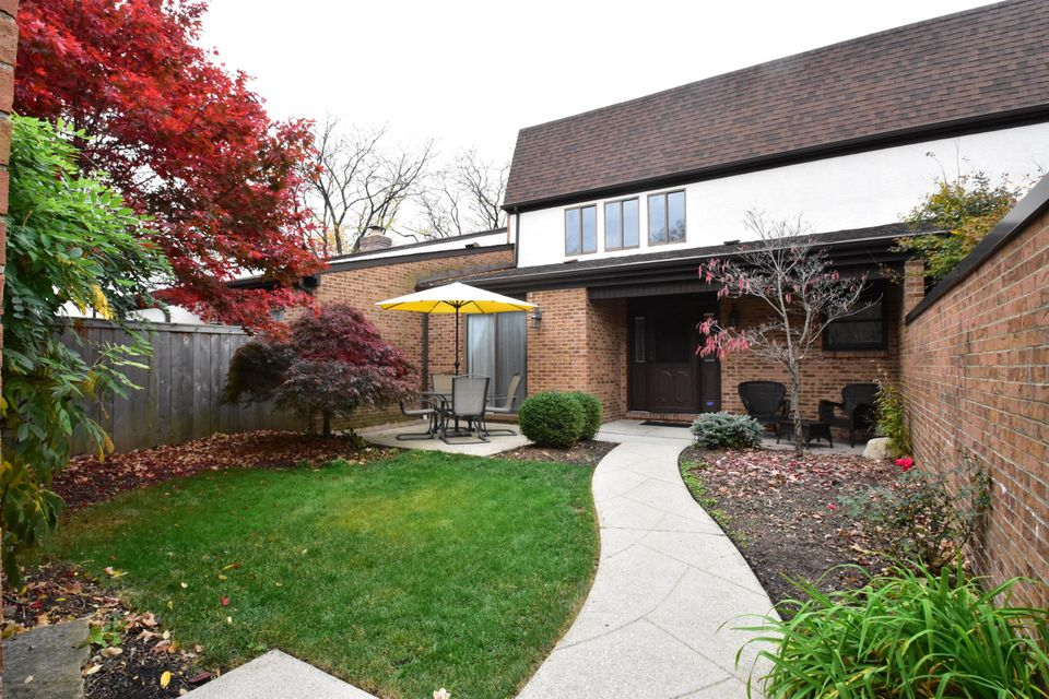 Photo of home for sale at 4553 ARLINGATE Drive W, Upper Arlington OH