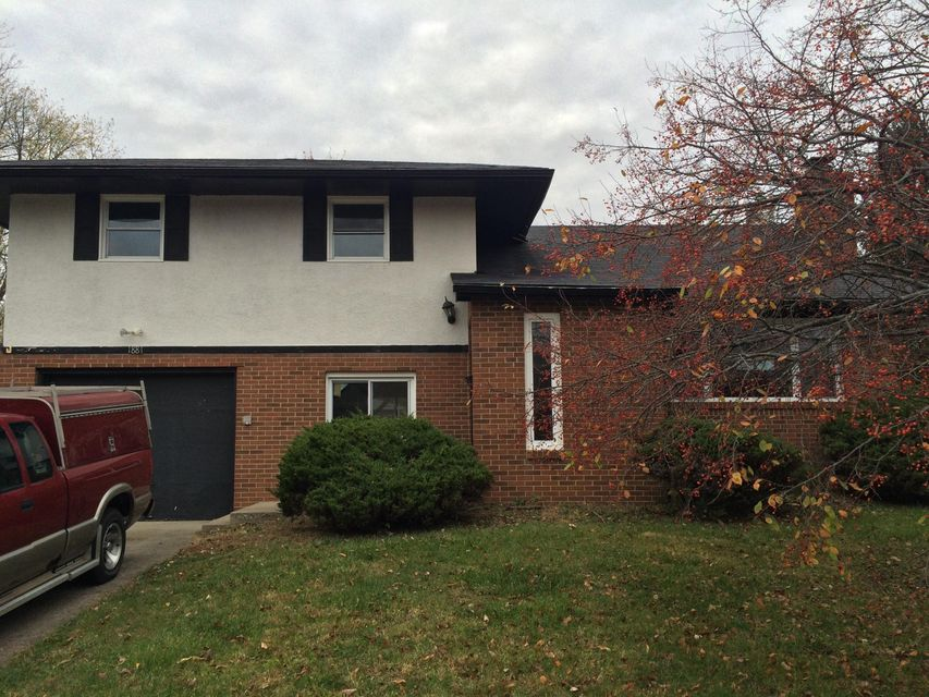 Photo of home for sale at 1881 Riverdale Road, Columbus OH