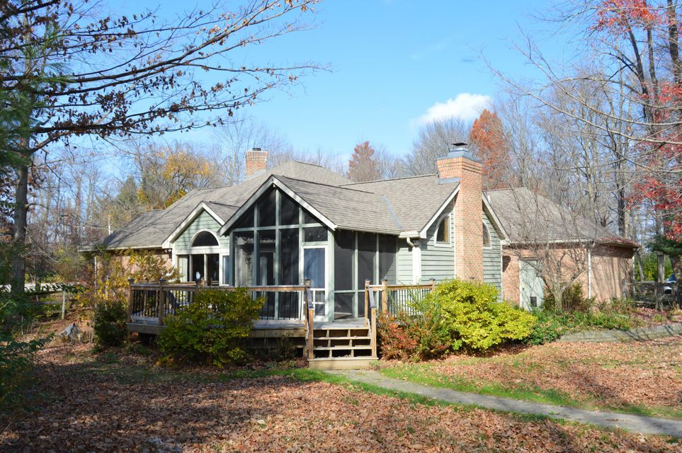 Photo of home for sale at 5 Pembroke Lane NW, Granville OH