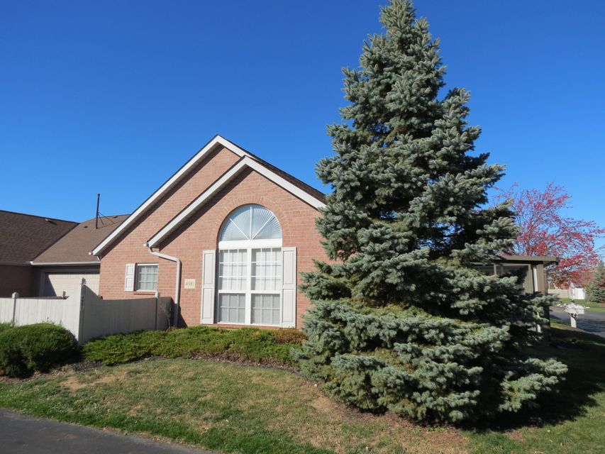 Photo of home for sale at 4981 Meadow Run Drive, Hilliard OH