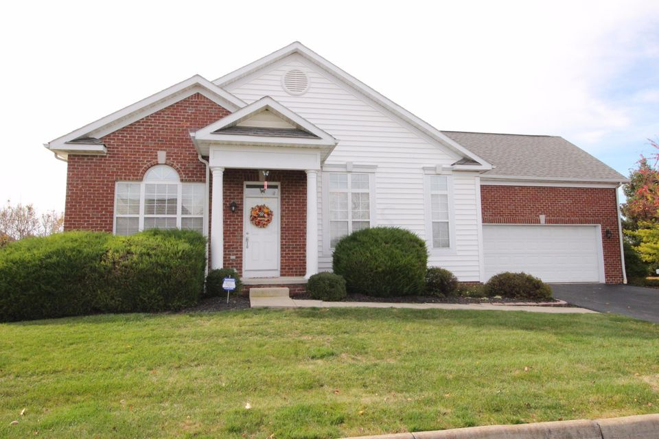 Photo of home for sale at 4011 Park Circle N, Hilliard OH