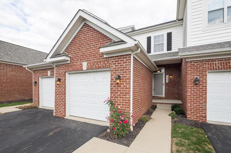 Photo of home for sale at 3998 Park Circle E, Hilliard OH
