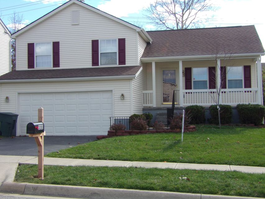 Photo of home for sale at 3203 Crossing Hill Way, Columbus OH