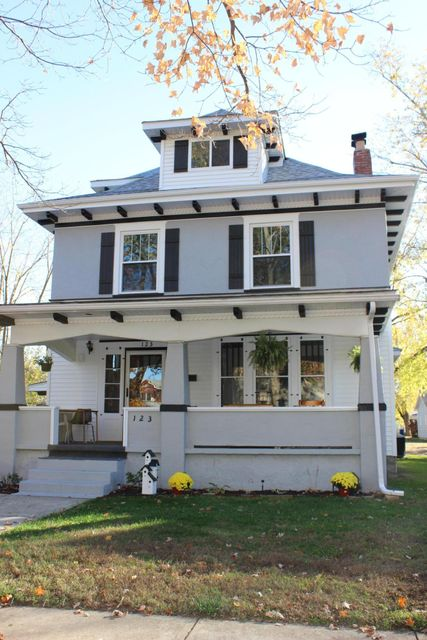 Photo of home for sale at 123 Jefferson Road, Newark OH
