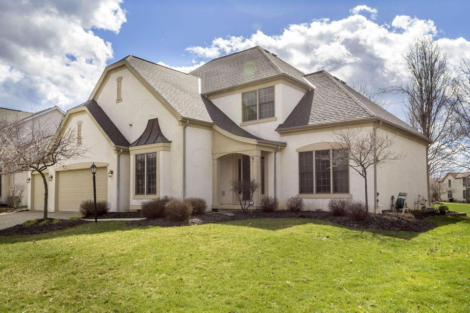 Photo of home for sale at 7510 Heatherwood Lane, Dublin OH