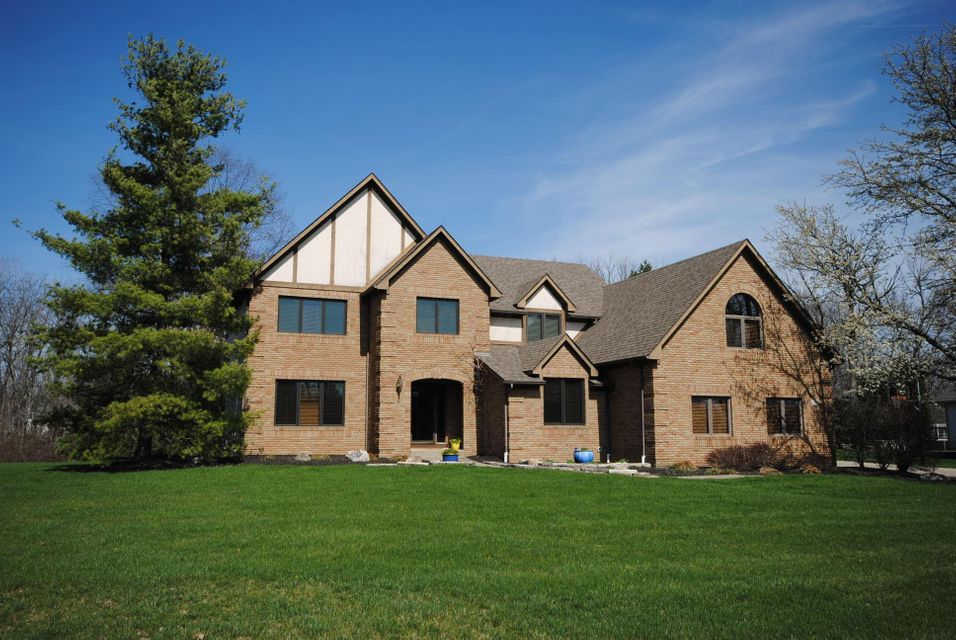 Photo of home for sale at 285 Thornbury Lane, Powell OH