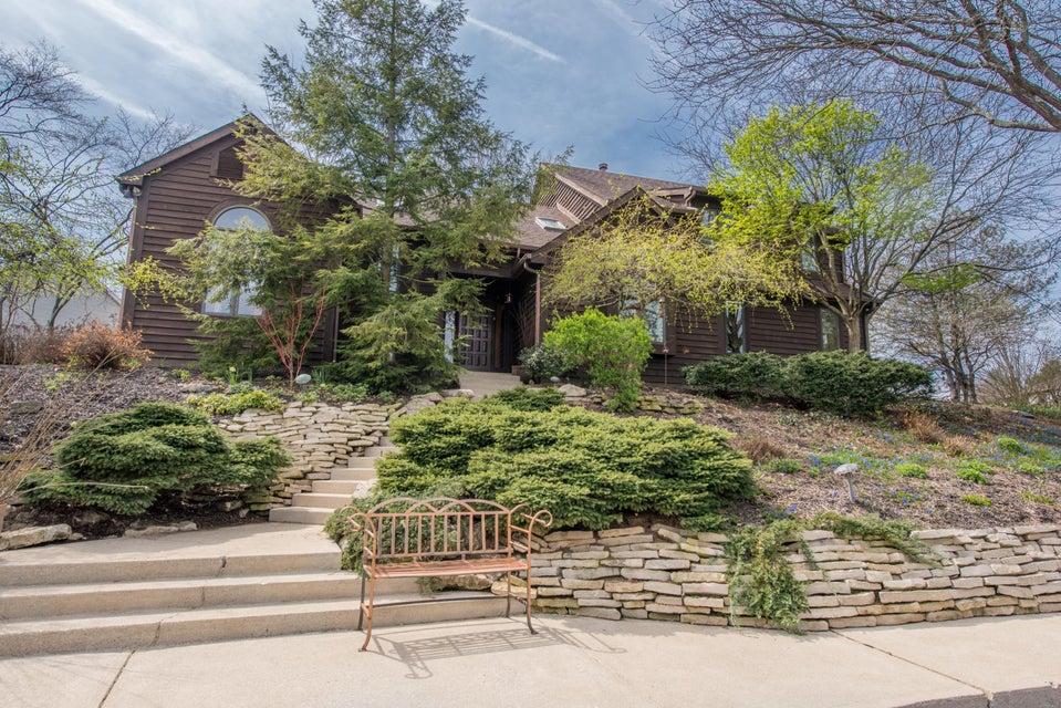Photo of home for sale at 4773 Shire Ridge Road E, Hilliard OH