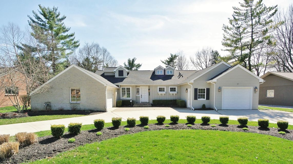 Photo of home for sale at 3946 Fairlington Drive, Upper Arlington OH