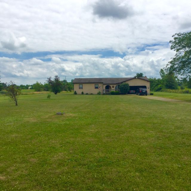 Photo of home for sale at 7851 Harrisburg London Road, Orient OH