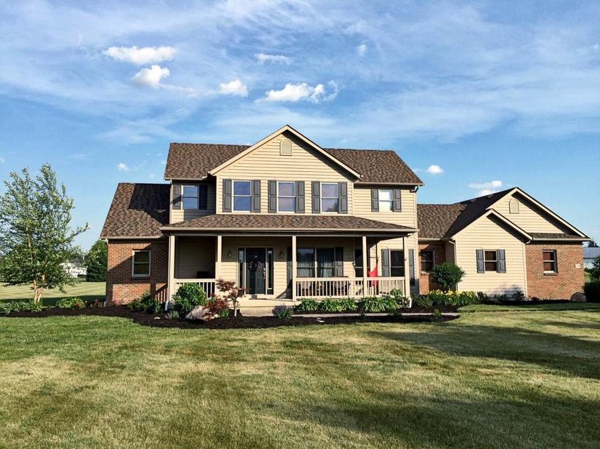 Photo of home for sale at 11200 Macintosh Circle, Pickerington OH