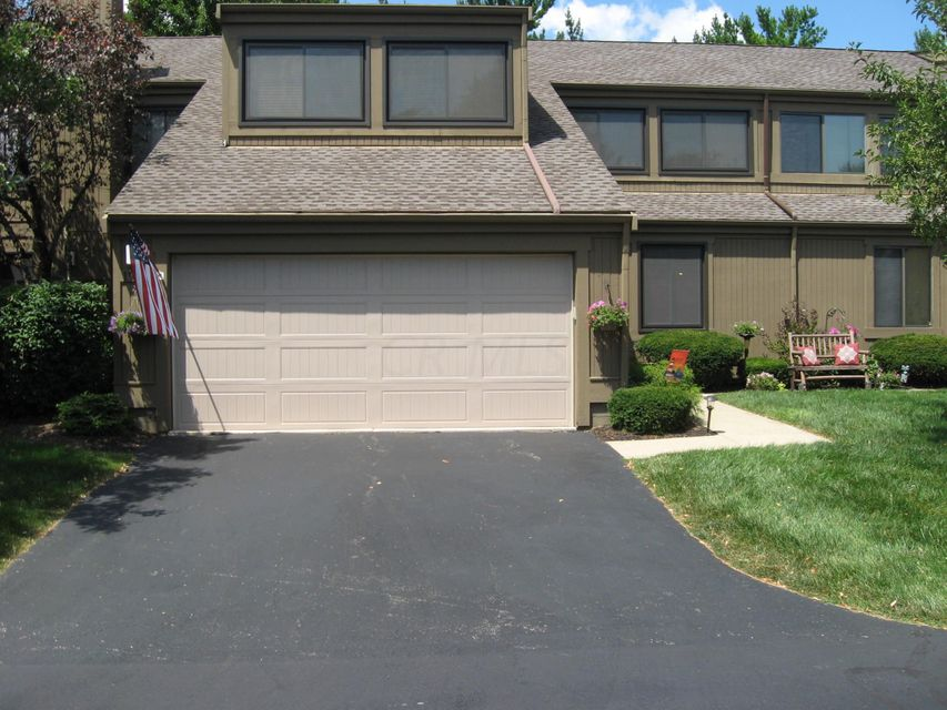 Photo of home for sale at 1985 WILLOW GLEN Lane, Columbus OH
