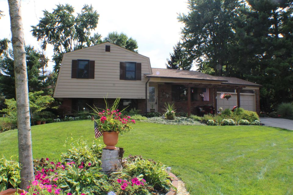 Photo of home for sale at 1641 Pendennis Court, Columbus OH