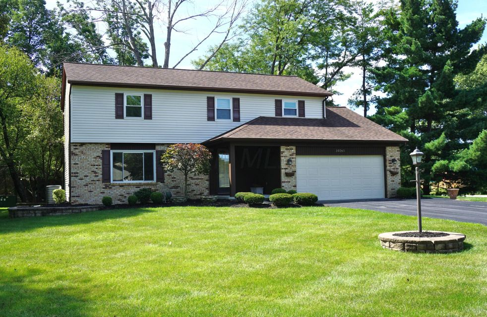 Photo of home for sale at 10265 Crosset Hill Drive S, Pickerington OH