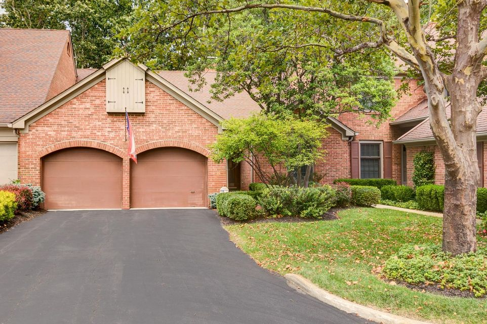 Photo of home for sale at 1236 Kenbrook Hills Drive, Columbus OH