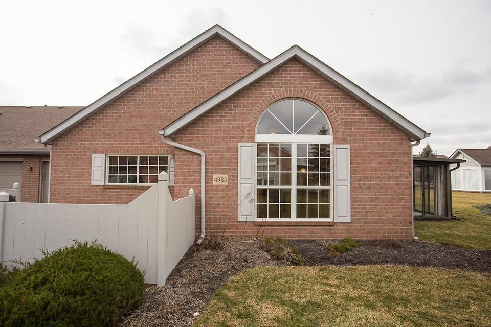 Photo of home for sale at 4985 Meadow Run Drive, Hilliard OH