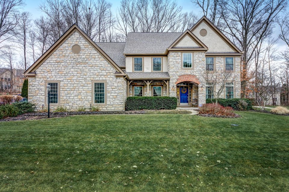 Photo of home for sale at 5582 Lynbrook Lane, Westerville OH