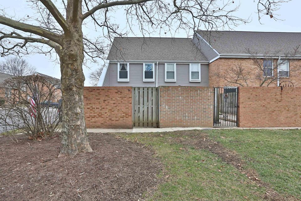 Photo of home for sale at 184 Brandywine Drive, Westerville OH