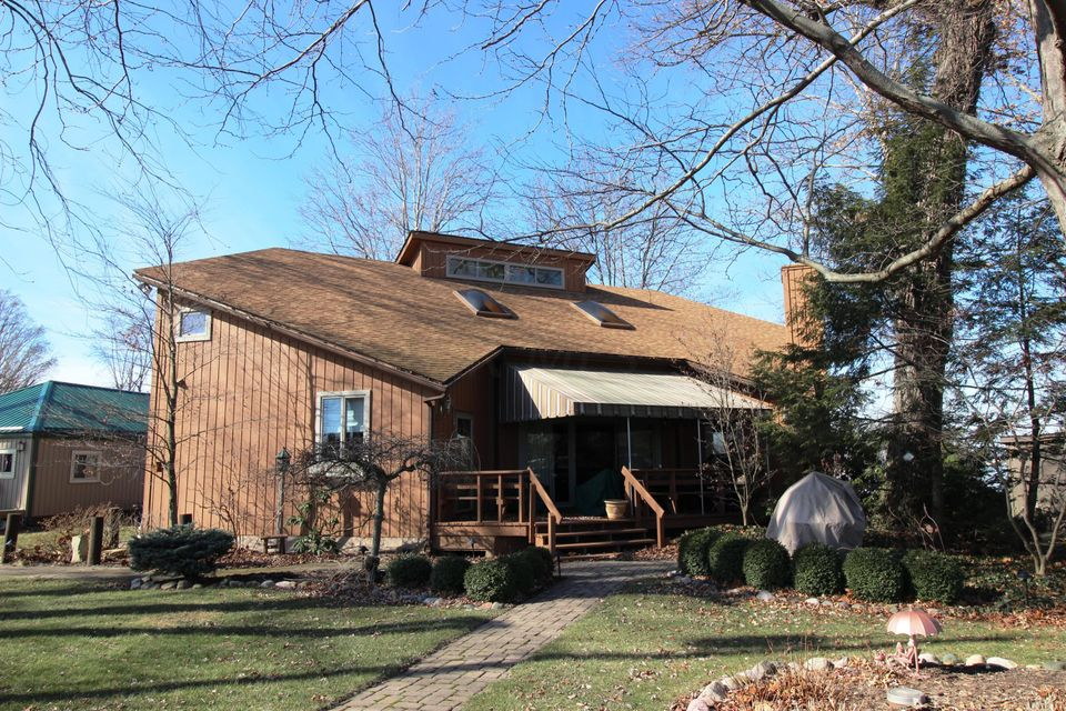 Photo of home for sale at 14030 Gobble Island NE, Thornville OH