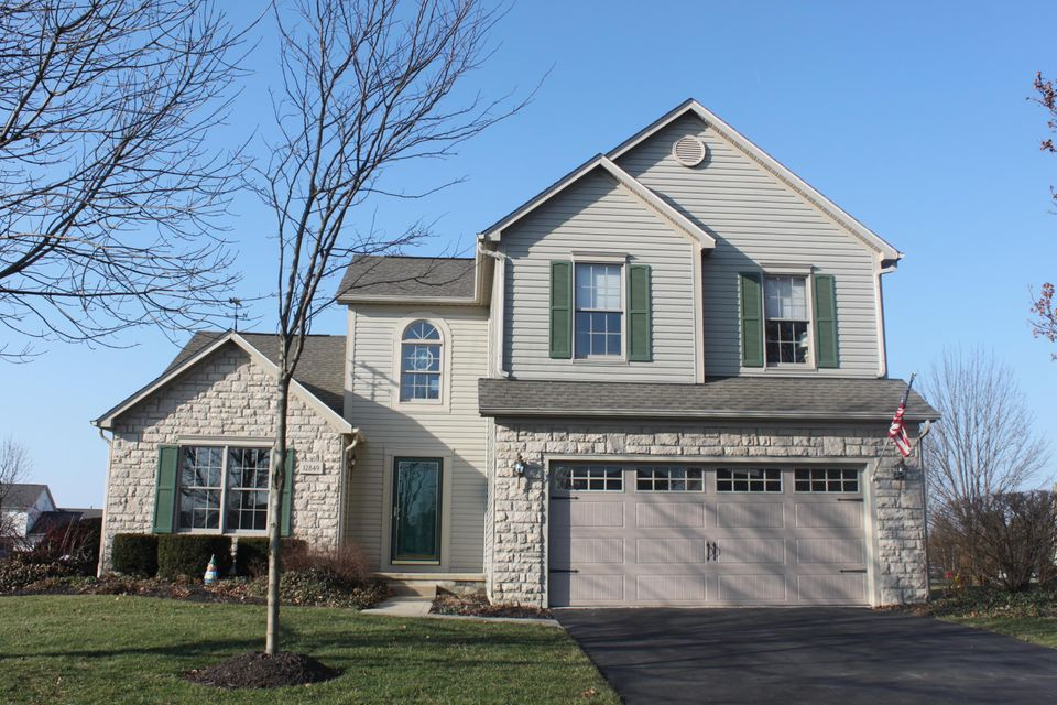 Photo of home for sale at 12849 Bentwood Farms Drive, Pickerington OH