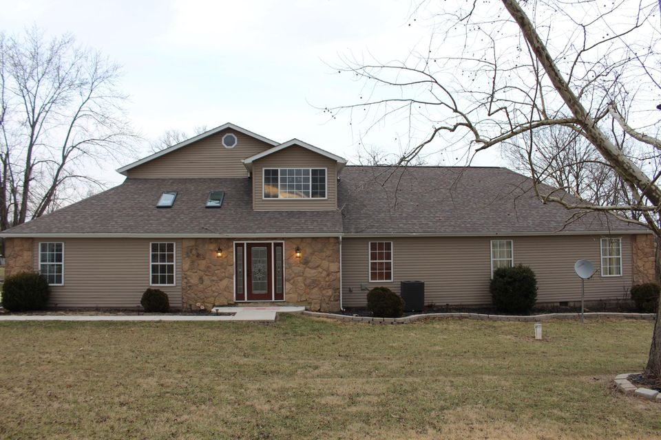 Photo of home for sale at 20820 London Road, Circleville OH