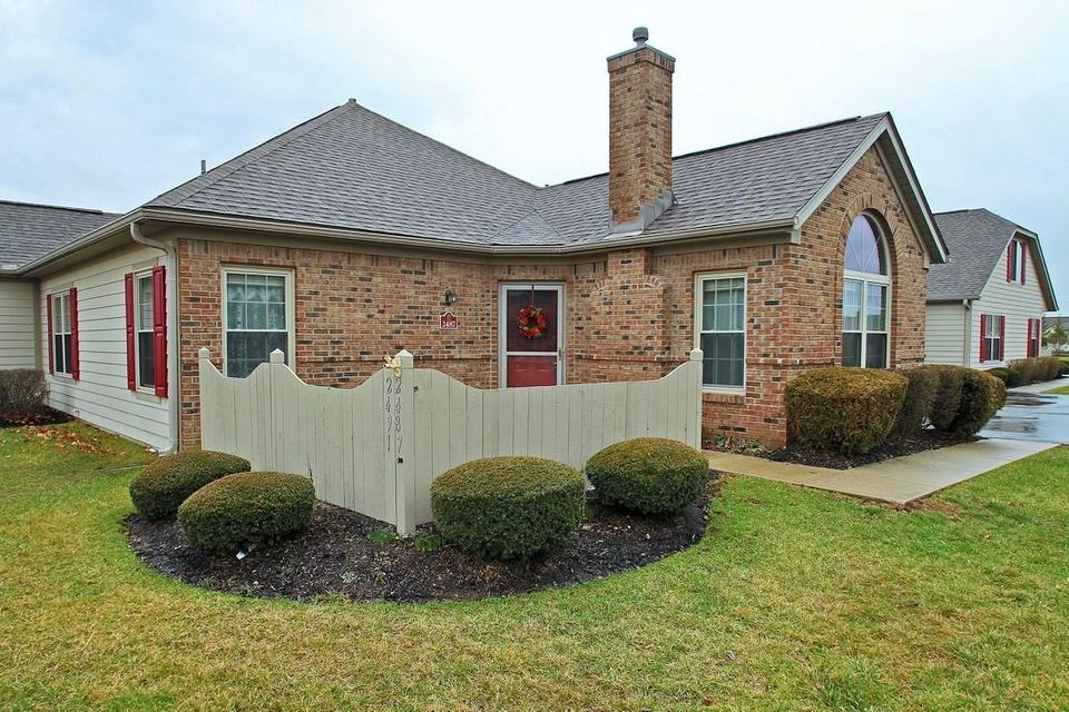 Photo of home for sale at 2487 Landings Way, Grove City OH