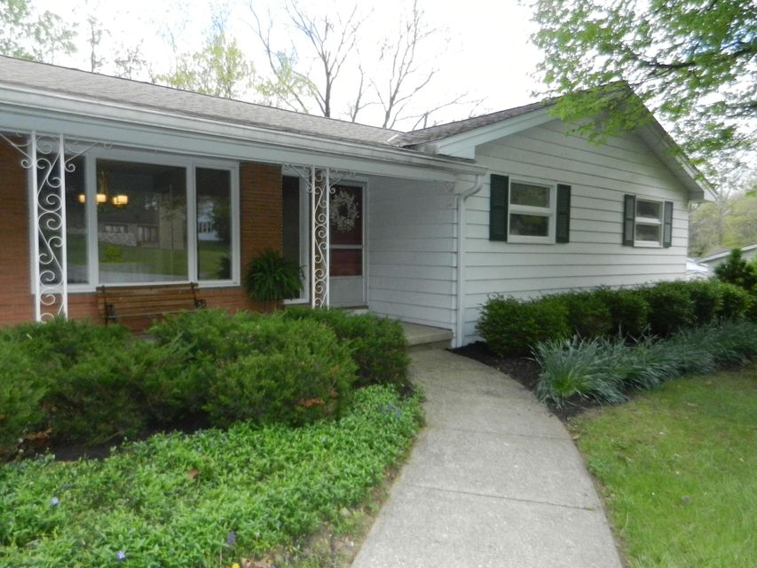 Photo of home for sale at 842 Shoreham Drive, Newark OH