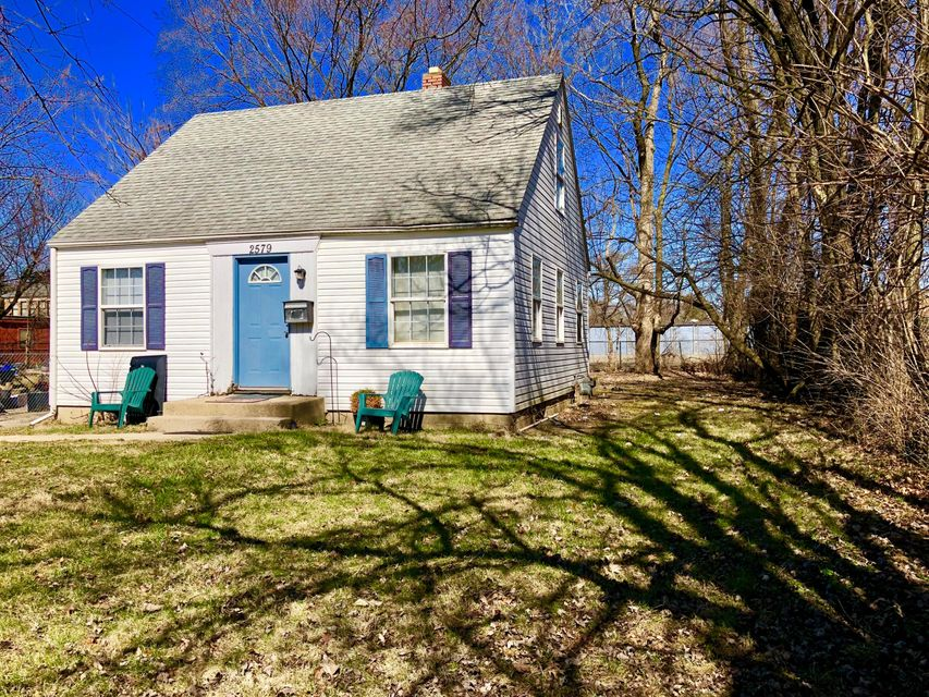 Photo of home for sale at 2579 Lexington Avenue, Columbus OH