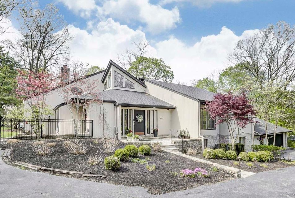 Photo of home for sale at 2691 Lear Road, Upper Arlington OH