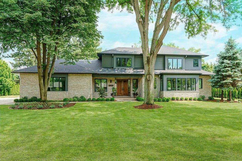 Photo of home for sale at 2800 Dorchester Road S, Upper Arlington OH