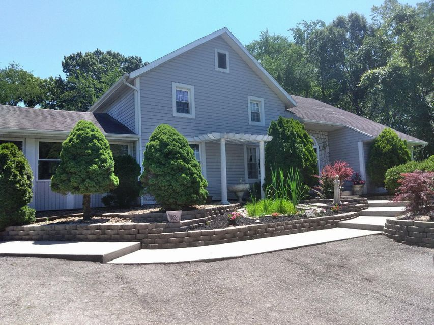 Photo of home for sale at 12135 Marne Road, Newark OH