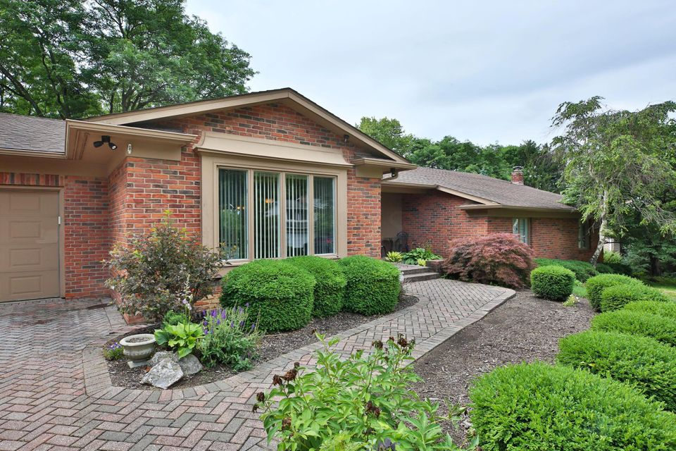 Photo of home for sale at 1341 Clubview Boulevard N, Columbus OH