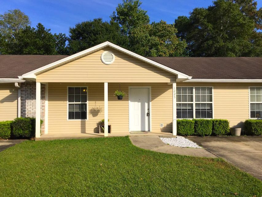 Photo of home for sale at 1225 Brentom, Fort Walton Beach FL