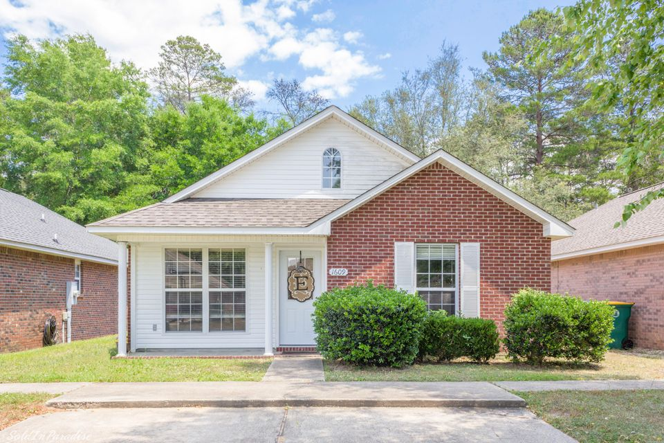 Photo of home for sale at 1609 Chadwick, Niceville FL