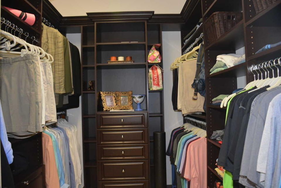 HIS / WALK IN CLOSET