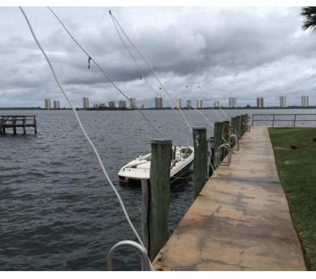 Co-op / Condominio por un Venta en 1110 Lake Shore Drive Lake Park, Florida 33403 Estados Unidos