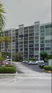 Co-op / Condominio por un Venta en 800 Parkview Drive Hallandale Beach, Florida 33009 Estados Unidos